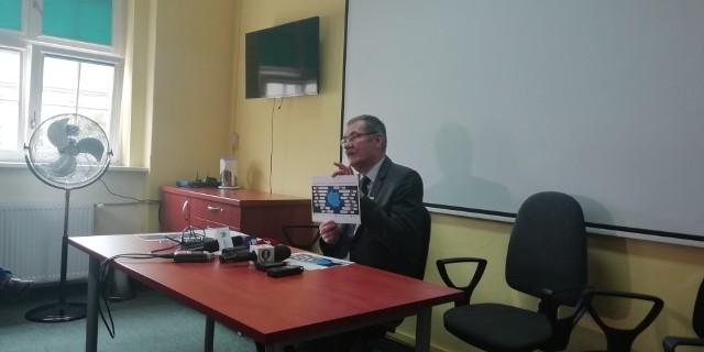 Roman Kowalczyk Dolnośląski Kurator Oświaty na konferencji prasowej we Wrocławiu o przebiegu rekrutacji do szkół średnich.