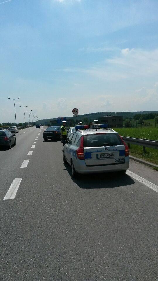 Policjanci z Komisariatu Autostradowego Policji ostrzegają przed oszustami zatrzymującymi samochody na autostradzie A4