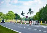 Zakaz ruchu nad Jeziorem Tarnobrzeskim. Wjazd od Wisłostrady zablokowany. Straż Miejska ma patrolować teren [ZDJĘCIA]