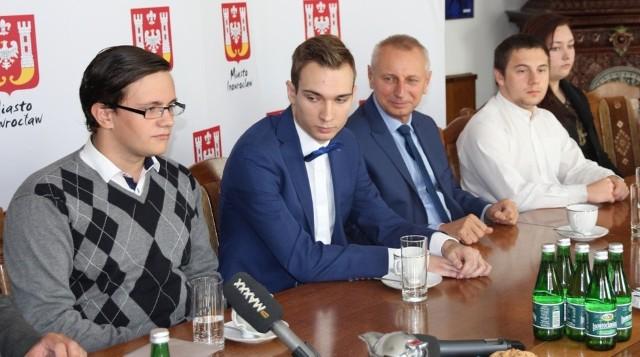 Ze stypendialnego wsparcia od 2003 roku skorzystało 52 młodych mieszkańców Inowrocławia rozpoczynających dzienne studia, a wśród nich osoby widoczne na zdjęciu