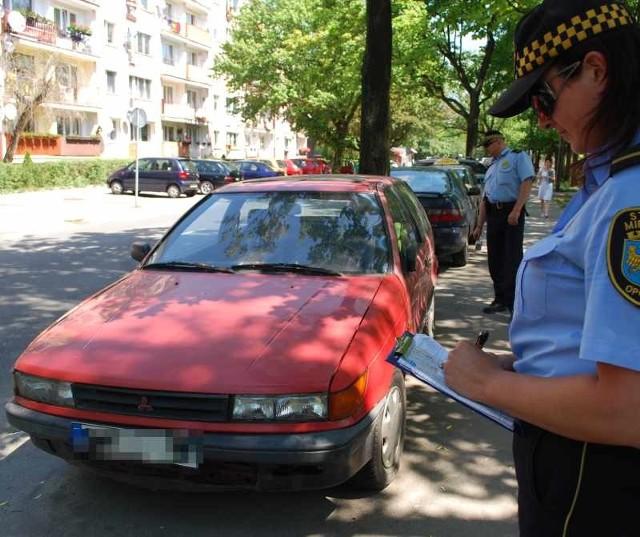Strażnicy wczoraj spisali numery rejestracyjne auta pozostawionego na ul. 1 Maja. Jego właściciel, kiedy straż go znajdzie, zapłaci mandat za parkowanie w miejscu dla niepełnosprawnych.