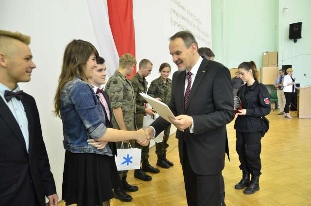 Uczniowie odbierają nagrody na uroczystości w Zespole Szkół Handlowych.