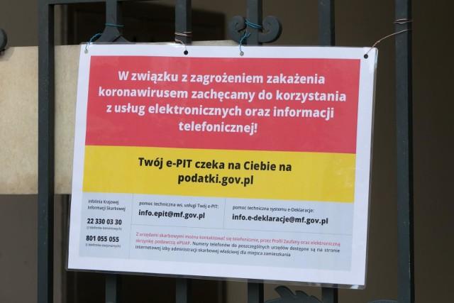 """Ze względu na epidemię koronawirusa, Krajowa Administracja Skarbowa (KAS) zdecydowała się na czasowe ograniczenie dostępu do urzędów skarbowych do dnia 10 kwietnia. To """"ograniczenie"""" tak naprawdę oznacza zamknięcie urzędów i jedynie przyjmowanie lub udostępnianie w nich dokumentów tylko w wyznaczonych miejscach. - Właśnie zapadła decyzja o zamknięciu naszych urzędów i obsłudze petentów - jak my to określamy - tylko do pierwszego holu - mówi nam Agnieszka Rzeźnicka-Gniadek, rzecznik prasowy Izby Administracji Skarbowej we Wrocławiu. - To oznacza, że w holach urzędów skarbowych są wystawione regały z dokumentami i drukami, które przychodzący do nas podatnicy mogą pobierać. Dodatkowo przy wejściu do dolnośląskich urzędów skarbowych zostały wystawione """"urny kontaktowe"""", do których można wrzucić deklaracje, pisma i inne dokumenty bez potwierdzenia wpływu do urzędu - wyjaśnia rzeczniczka. Jak podkreśla - wbrew krążącym informacjom o przesunięciu – póki co, termin złożenia PIT za 2019 rok zostaje bez zmian to jest do 30 kwietnia. Jak nas zapewniła, pracownicy dolnośląskich urzędów skarbowych, tak jak dotychczas wykonują swoje obowiązki w zakresie obsługi dokumentów, ale zachęcają do korzystania z formy elektronicznej, przesyłania zeznań podatkowych w formie e-deklaracji przy pomocy usługi Twój e-PIT, oraz kierowanie wniosków o wydanie zaświadczeń, czy o przeksięgowanie, a także innych dokumentów przez profil zaufany ePUAP oraz biznes.gov.pl.- Szczegółowe informacje o elektronicznych usługach dla podatników można znaleźć na stronach internetowych poszczególnych urzędów skarbowych oraz na podatki.gov.pl – zachęca Agnieszka Rzeźnicka-Gniadek.Ponadto w serwisie biznes.gov.pl znajdują się opisy elektronicznych usług świadczonych przez urzędy skarbowe, między innymi informacje o tym w jaki sposób, za pomocą internetu, można złożyć wniosek oraz uzyskać zaświadczenie o niezaleganiu w podatkach i należnościach celnych - stwierdzające stan zaległości.Swoje zeznanie podatkowe można t"""