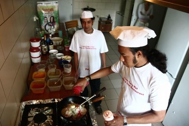 Surendra i Moti dbają o jakość. Wolą za produkty zapłacić więcej niż zaryzykować niedoskonały smak. A przyprawy sprowadzają prosto z Indii. Ich listek laurowy, cynamon, kardamon czy curry pachną inaczej i intensywniej niż te kupowane u nas.