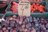 Ciast ze śliwkami. Węgierki, mirabelki, uleny i inne, na straganach królują śliwki, idealne na surowo, na powidła, wypieki i do dań mięsnych