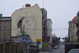 Katowice. Krystyna Bochenek na muralu w centrum miasta. Malowidło powstaje na ścianie kamienicy przy Wojewódzkiej