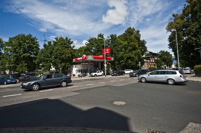 Na skrzyżowaniu ulic Kościuszki, Waryńskiego i Piłsudskiego, przy stacji paliw, zbudowane będzie rondo