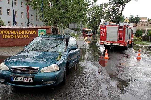 Strażacy usuwali drzewa z dróg i posesji w Opolu.