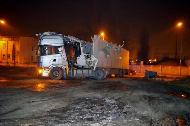 W sobotę wieczorem doszło do kolizji na ul. Poniatowskiego w Słupsku. Kierowca pochodzący z Litwy nie zastosował się do znaku drogowego i nie zmieścił się pod wiaduktem. To kolejne tego typu zdarzenie w tym miejscu.