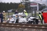 Łysomice. Śmiertelny wypadek na torach! Zderzenie pociągu z samochodem. Kierowca nie żyje ZDJĘCIA