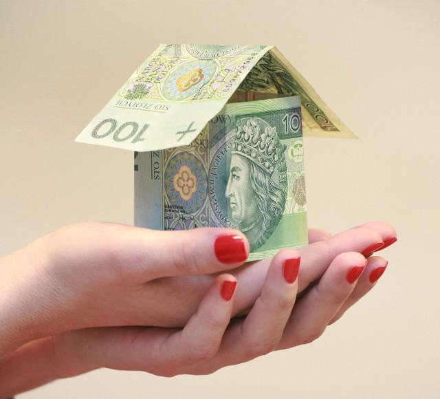 """Oprocentowanie kredytów hipotecznych według stałej stopy może okazać się szczególnie atrakcyjne, jeżeli w przyszłości stopy procentowe nie tylko powróciłyby do okresu sprzed pandemii, ale miałyby drastycznie wzrosnąć. Wtedy przynajmniej przez pięć pierwszych lat kredytowania spłacamy niższe raty. Podwyżki dopiero poczujemy po tym okresie. Co ważne, ze zmian mogą skorzystać te osoby, które już spłacają zobowiązanie. Wystarczy złożyć w banku stosowny wniosek. W odpowiedzi bank zaproponuje """"nową"""" stawkę oprocentowania, które będzie obowiązywać min. przez pięć lat."""