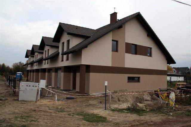 """Domy przy ul. Malinowej w OsielskuSzeregowce w Osielsku są stawiane przez bydgoską firmę """"Ładne domy""""."""