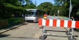 Autobus z dziećmi zawisł na mostku pod Ołobokiem (zdjęcia Czytelnika)