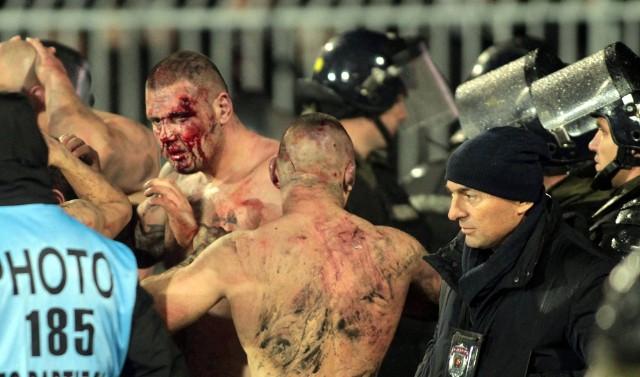 Bardzo gorąco było na trybunach podczas derbów Belgradu. W środowym meczu Partizana z Crveną Zvezdą doszło do krwawej konfrontacji między chuliganami
