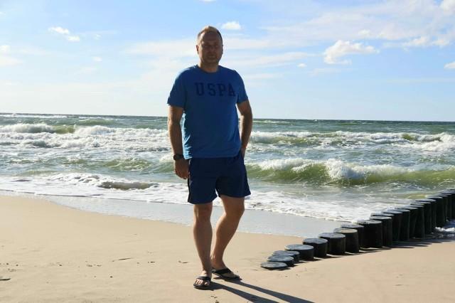 Asp. sztab. Andrzej Krukowski, bo o nim mowa, odpoczywał z rodziną na plaży w Sianożętach w pow. Kołobrzeskim. W pewnej chwili zauważył dwójkę młodych ludzi wchodzących do wody przy falochronie. Policjant zwrócił na nich uwagę, bo postanowili wejść do morza mimo zakazu kąpieli.