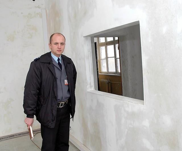 Piotr Rodzeń z Komendy Miejskiej Policji pokazuje remontowane pomieszczenia.