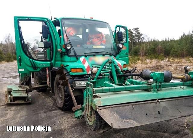 - Nawet 15 lat pozbawienia wolności grozi mężczyźnie podejrzanemu o kradzież pojazdu budowlanego marki mercedes. Maszyna warta ponad milion złotych została skradziona z terytorium Niemiec - informuje kom. Aneta Berestecka z żarskiej policji. Jeszcze tego samego dnia policjanci z Posterunku Policji w Przewozie odnaleźli w lesie poszukiwany sprzęt i zatrzymali 32-latka.W czwartek (13 lutego) do Posterunku Policji w Przewozie zgłosili się pracownicy jednej z firm, którzy poinformowali o kradzieży maszyny budowlanej wartej ponad milion złotych. - Do zdarzenia doszło tego samego dnia, na terenie Niemiec w miejscowości sąsiadującej z przygranicznym  Przewozem. Kierownik posterunku wraz z funkcjonariuszami natychmiast udali się w rejon mostu granicznego przez, który miał przejechać skradziony wielofunkcyjny pojazd - wyjaśnia kom. Berestecka. Po śladach pozostawionych na drodze przez specjalistyczny, ciężki sprzęt policjanci dotarli do lasu i odnaleźli skradzioną maszynę. Zatrzymany 32-latek usłyszał zarzuty kradzieży z włamaniem w warunkach tzw. recydywy oraz posiadania substancji psychotropowych. Śledztwo ma charakter rozwojowy, niewykluczone są dalsze zatrzymania. Mężczyźnie może grozić nawet  do 15 lat pozbawienia wolności.WIDEO: Lubuscy policjanci zatrzymali 64-latka od lat poszukiwanego za rozboje i wymuszenia