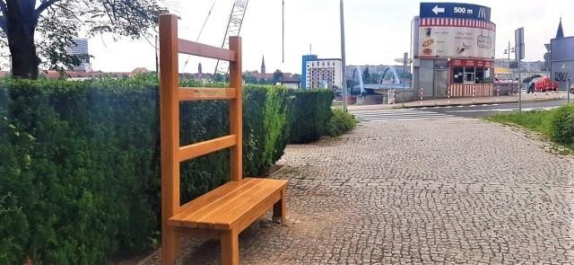 """Przed Collegium Polonicum stanęło symboliczne """"Krzesło zbliżenia pogranicza"""", które nawiązuje do artystycznego projektu sprzed 25 lat"""