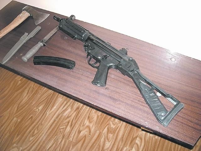 Młodzi mężczyźni uzbrojeni w replikę karabinu maszynowego, siekierę i noże weszli na podwórko mieszkańca Serbów. Twierdzą jednak, że to miała być tylko zabawa.