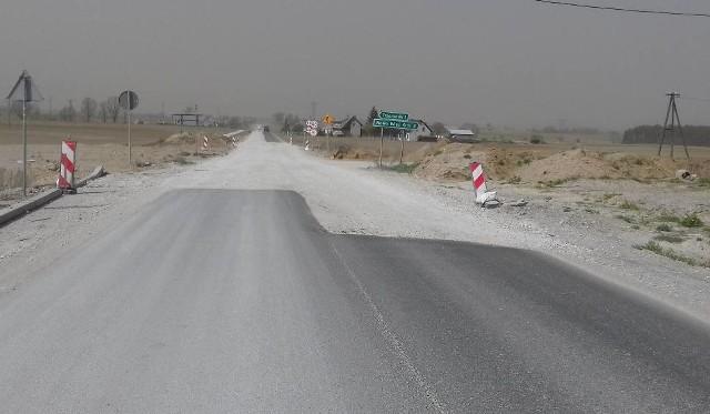 Tak wyglądał fragment rozkopanej drogi Stolno-Wąbrzeźno w kwietniu ubiegłego roku, kiedy zerwano umowę z poprzednim wykonawcą remontu drogi wojewódzkiej 548
