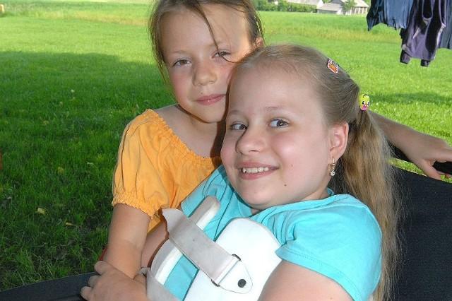Kornelia (z lewej) bardzo tęskniła za swoją starszą siostrą. Od kiedy wróciła do domu, nie odstępuję jej nawet na krok.