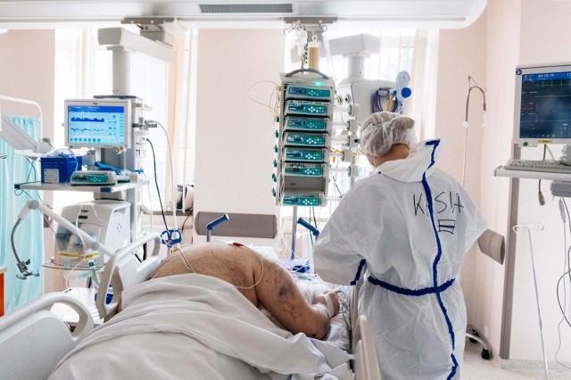 Sytuacja w szpitalach jest nadal poważna. Mimo spadku zakażeń, liczba hospitalizacji jest wysoka. Ponadto chorzy niejednokrotnie zgłaszają się po pomoc dopiero w 7-8 dobie, kiedy ich stan jest już bardzo ciężki.