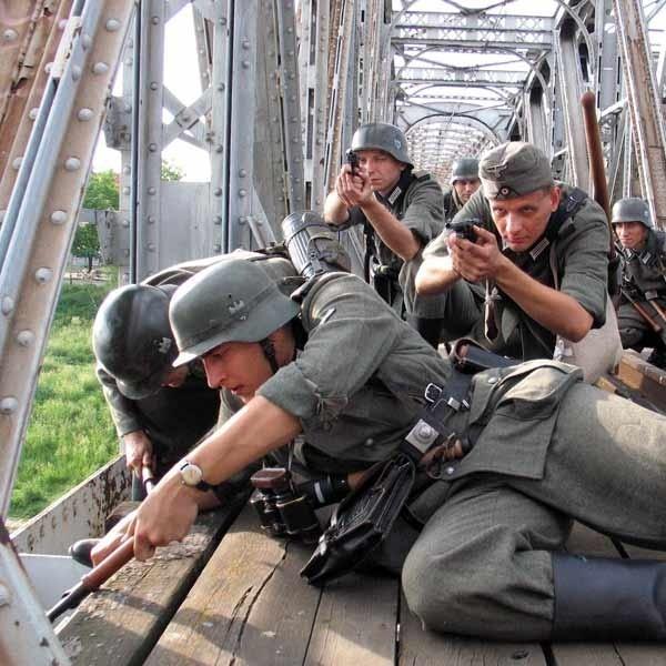 Niemieccy saperzy rozminowują most kolejowy.