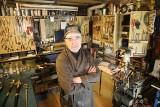 """Schorowany rzemieślnik z Krakowa szuka następcy. Chce sprzedać wyposażenie """"magicznego"""" warsztatu i swoją wiedzę [ZDJĘCIA]"""