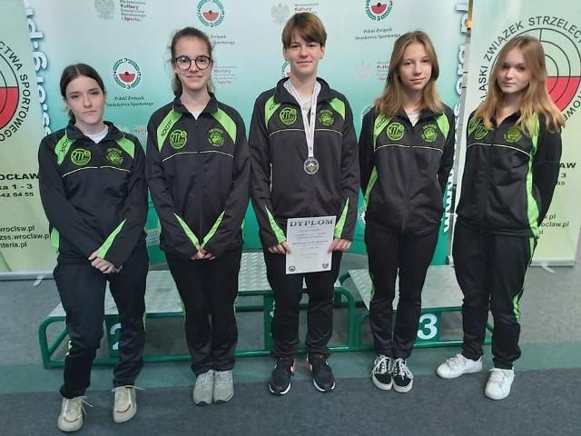 Lęborska ekipa na wrocławskiej strzelnicy. Od lewej: Amelia Wiloch, Aleksandra Stolc, Adrianna Pakieła, Nadia Szauła, Julita Jankowska