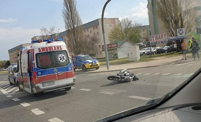 Na skrzyżowaniu Zielonogórskiej i Konwaliowej osobówka zderzyła się z motocyklem