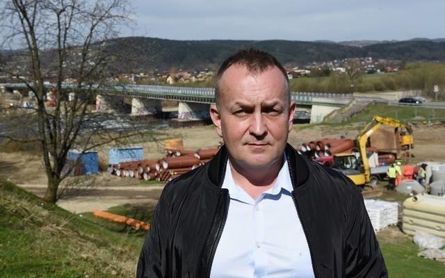 Grzegorz Mirek, dyrektor Miejskiego Zarządu Dróg w Nowym Sączu, jeszcze na tle starego mostu heleńskiego