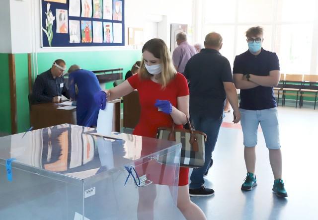 Głosowanie w lokalu wyborczym w Publicznej Szkole Podstawowej numer 4 przy ulicy Wyścigowej w Radomiu.