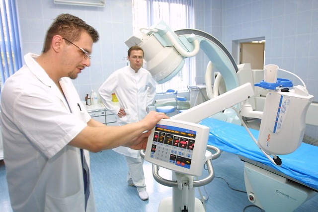 Na zdjęciu dr Jarosław Chrzanowski /w głębi/, kierownik zakładu radiologii i Jacek Sawicki technik radiologii w nowocześnie wyposażonej Pracowni do Badań Naczyniowych.