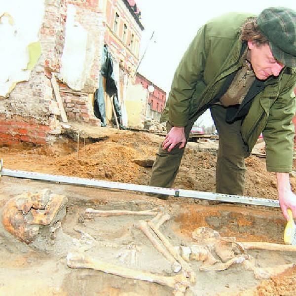 Szkielet, który znaleziono przy św. Trójcy, zbada teraz antropolog. Na zdjęciu: archeolog Wojciech Siwiak.