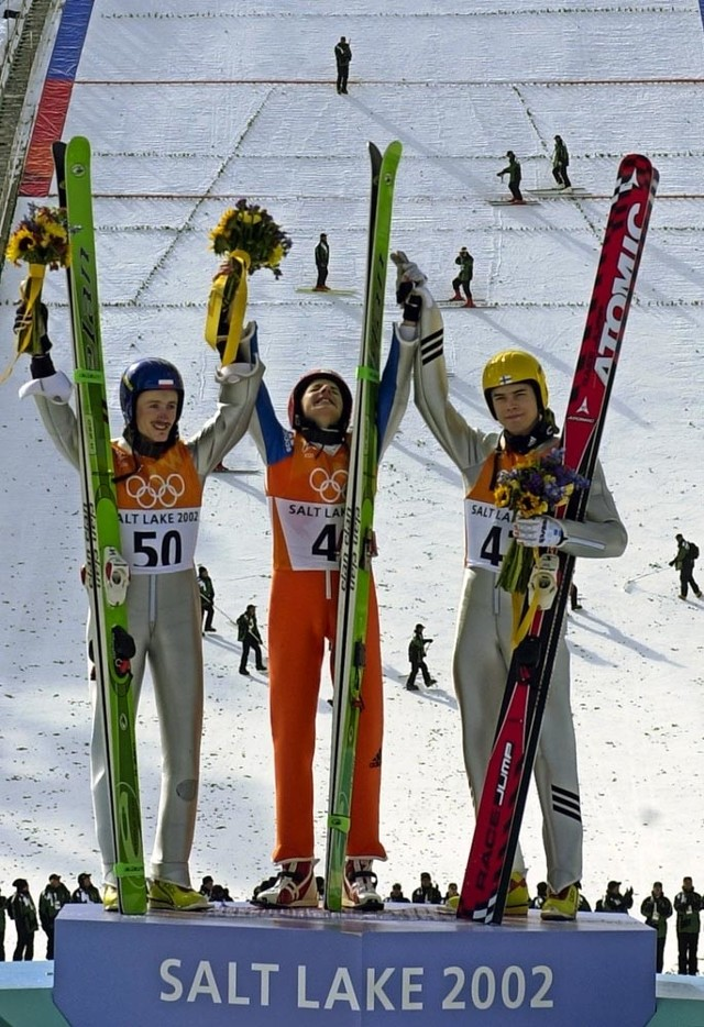 Wczoraj o 19.31 wszystko było wiadomo. Adam Małysz jako pierwszy Polak zdobył drugi medal zimowych igrzysk olimpijskich. Skoczek z Wisły przegrał tylko z rewelacyjnym Szwajcarem Simonem Ammannem (w środku). Wielkiego pecha miał Sven Hannawald, który walcząc o złoto, upadł i stracił medal na rzecz Mattiego Hautamaekiego.