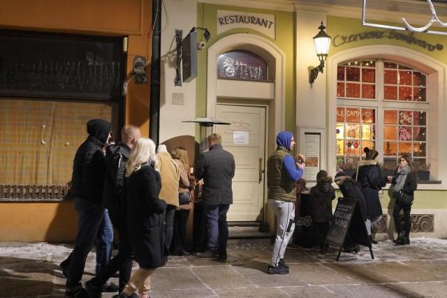 Chociaż siedzenie w barach i restauracjach jest zabronione to poznaniacy korzystają z otwartych na wynos miejsc i kupują np. ciepłą herbatę