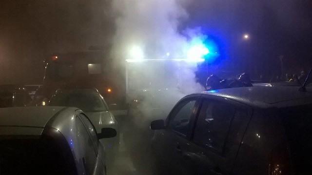 W piątek (25 listopada), na parkingu przy galerii handlowej Focus Mall w Zielonej Górze w jednym z samochodów zapalił się silnik. Na miejsce wezwano strażaków, którzy szybko ugasili ogień.