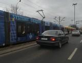 Kobieta zemdlała w tramwaju. Upadła na twarz!
