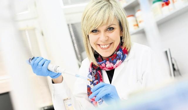 Dr Kamila Stokowa-Sołtys bada zastosowanie antybiotyku w leczeniu chorób o podłożu wirusowym