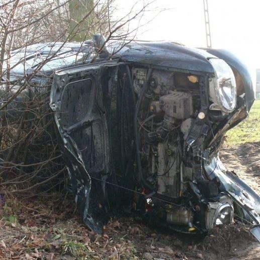 Samochodem jechało sześć osób, dwoje dorosłych i czworo dzieci. Auto przewróciło się na bok. Na szczęście nikt nie zginął w wypadku