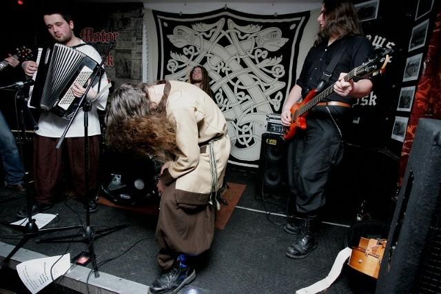 Zespół Rum w Motor Rock Pubie W piątkowy wieczór w Motor Rock Pubie wystąpił pochodzący z Rumi zespół Rum. Łącząc cięższe brzmienia gitar z tradycyjnymi instrumentami, takimi jak akordeon, lira korbowa czy flet, wzbudził zapał do zabawy kilkunastoosobowej grupie fanów folk-metalu.