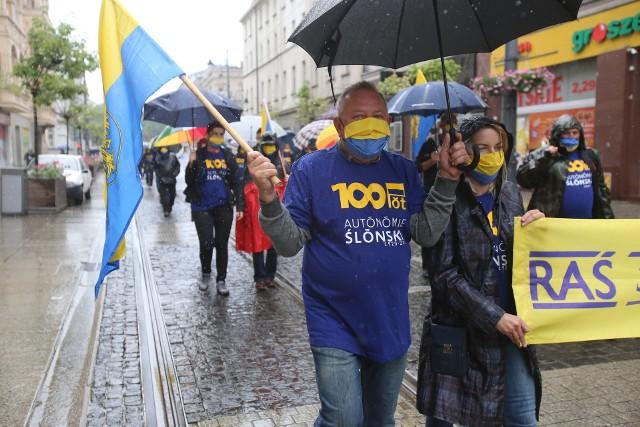 Marsz Autonomii Śląska przeszedł przez Katowice w sobotę, 11 lipca 2020 r. Zobacz kolejne zdjęcia. Przesuwaj zdjęcia w prawo - naciśnij strzałkę lub przycisk NASTĘPNE