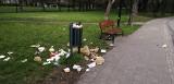 Park Sielanka przy Pabianickiej tonie w śmieciach! Kosze są pełne opakowań z McDonalda