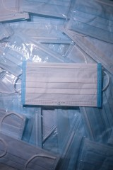 Maseczka ochronna - jak samodzielnie zrobić w domu? Koronawirus: proste instrukcje wykonania maseczki na twarz. Obowiązkowe do odwołania