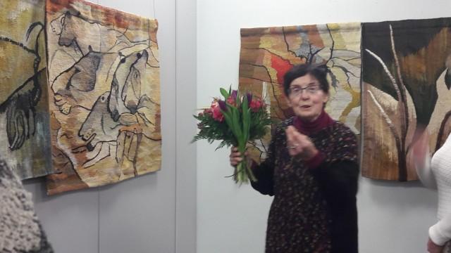 Maria Gostylla-Pachucka na tle swoich prac