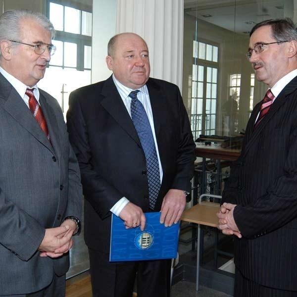 Honorowi profesorowie UR (od lewej): Frantisek Mihina, Walery Skotny i Vladimir Babcak.
