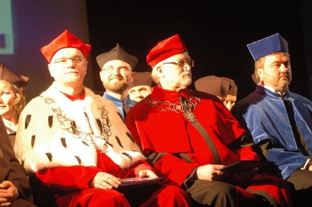 Na scenie zasiedli członkowie senatu PWSZ, między innymi rektor Eugeniusz Józefowski (z lewej)