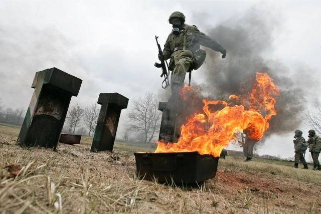 W trakcie służby przygotowawczej żołnierze uczą się, jak poradzić sobie, gdy na polu walki przeciwnik użyje napalmu