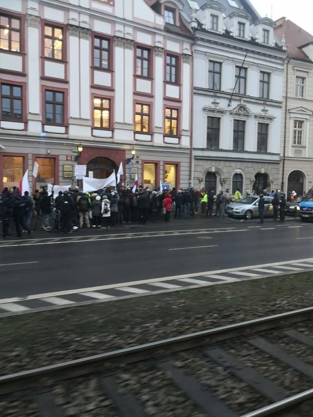 Protest w obronie dr Anny Martynowskiej pod siedzibą Dolnośląskiej Izby Lekarskiej we Wrocławiu 25.01.2021