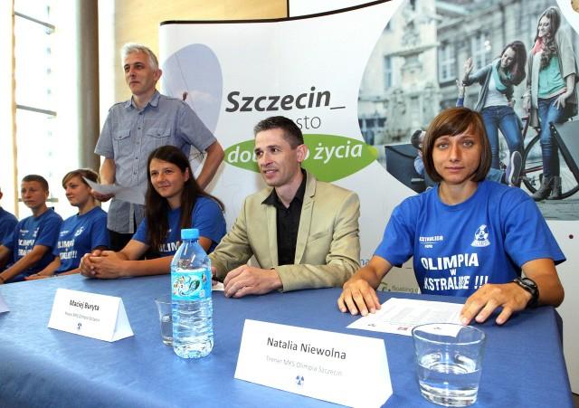 Pierwsza z prawej to grająca trenerka Olimpii, czyli Natalia Niewolna. W środku prezes Maciej Buryta, z lewej kapitan Beata Watychowicz.